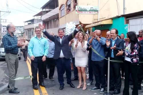 Empolgado, o prefeito Mário Marcus com sua esposa e assessores no momento do corte simbólico da fita