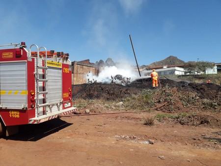 Um incêndio em vegetação atingiu um amontoado de pneus no Pires em Congonhas. Os bombeiros tiveram muito trabalho sendo gastos 20 mil litros de água.