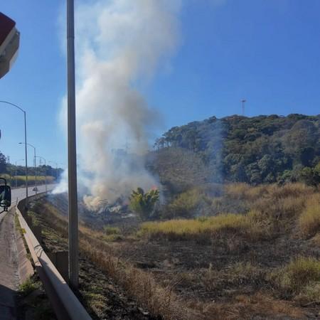 Incêndio as margens da BR 040 em Alfredo Vasconcelos prejudicou o tráfego de veículos