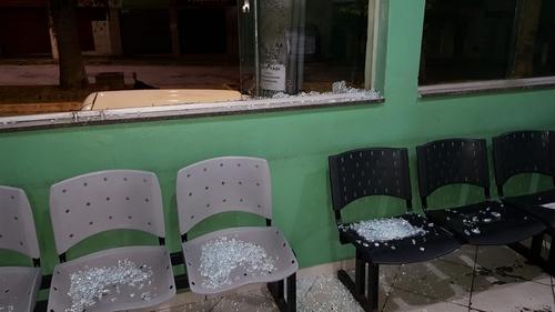 Vidros de janela foram quebrados