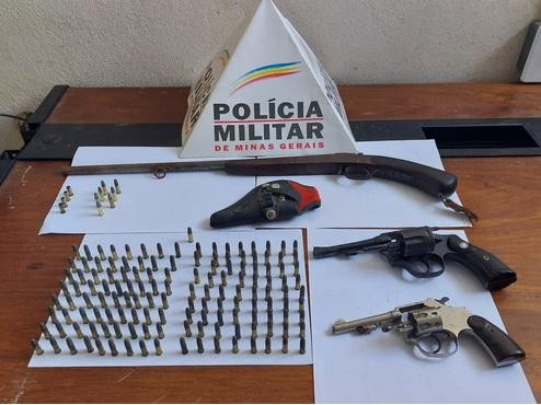 Armas e munições encontradas pelos policiais