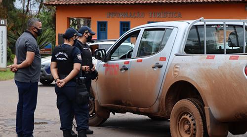 Motoristas abordados são orientados. Foto: Reinaldo Silva