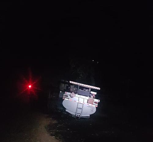 Caminhão capotou às margens da rodovia