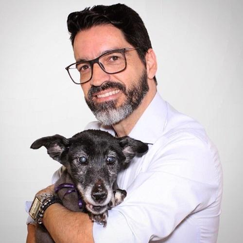 Eleito deputado em 2018, Osvaldo Lopes carrega a causa animal como principal ponto do seu mandato. Foto: Reprodução/Redes sociais