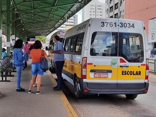 Poucas vans circularam nesta segunda-feira e usuários tiveram dúvidas sobre o serviço