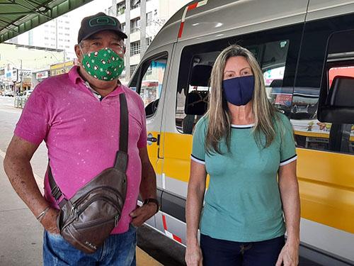 Motorista Marlene de Oliveira, explica funcionamento do serviço à Adilson, um dos passageiros