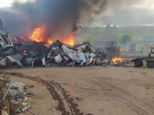 Incêndio ocorreu em depósito de ferro-velho