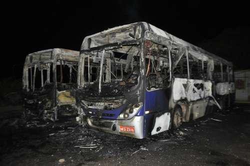 Dois ônibus foram totalmente destruídos