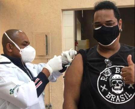 Profissionais de Educação, como o professor Alisson, estão sendo vacinados