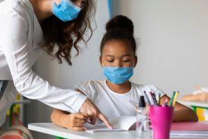 Muitos pais ainda estão com receio de mandar os filhos de volta às aulas presenciais (Freepik