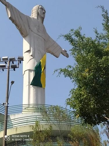 Imagem do Cristo Redentor com a bandeira do Brasil