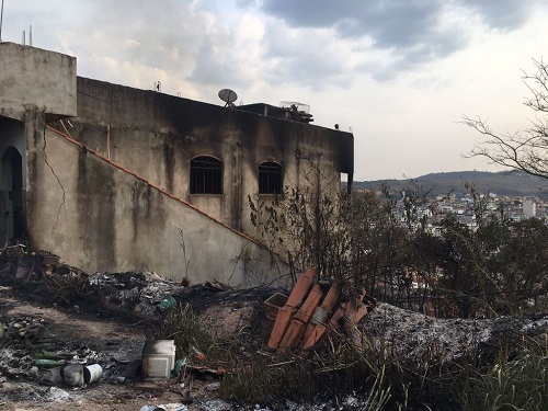 Casa foi incendiada
